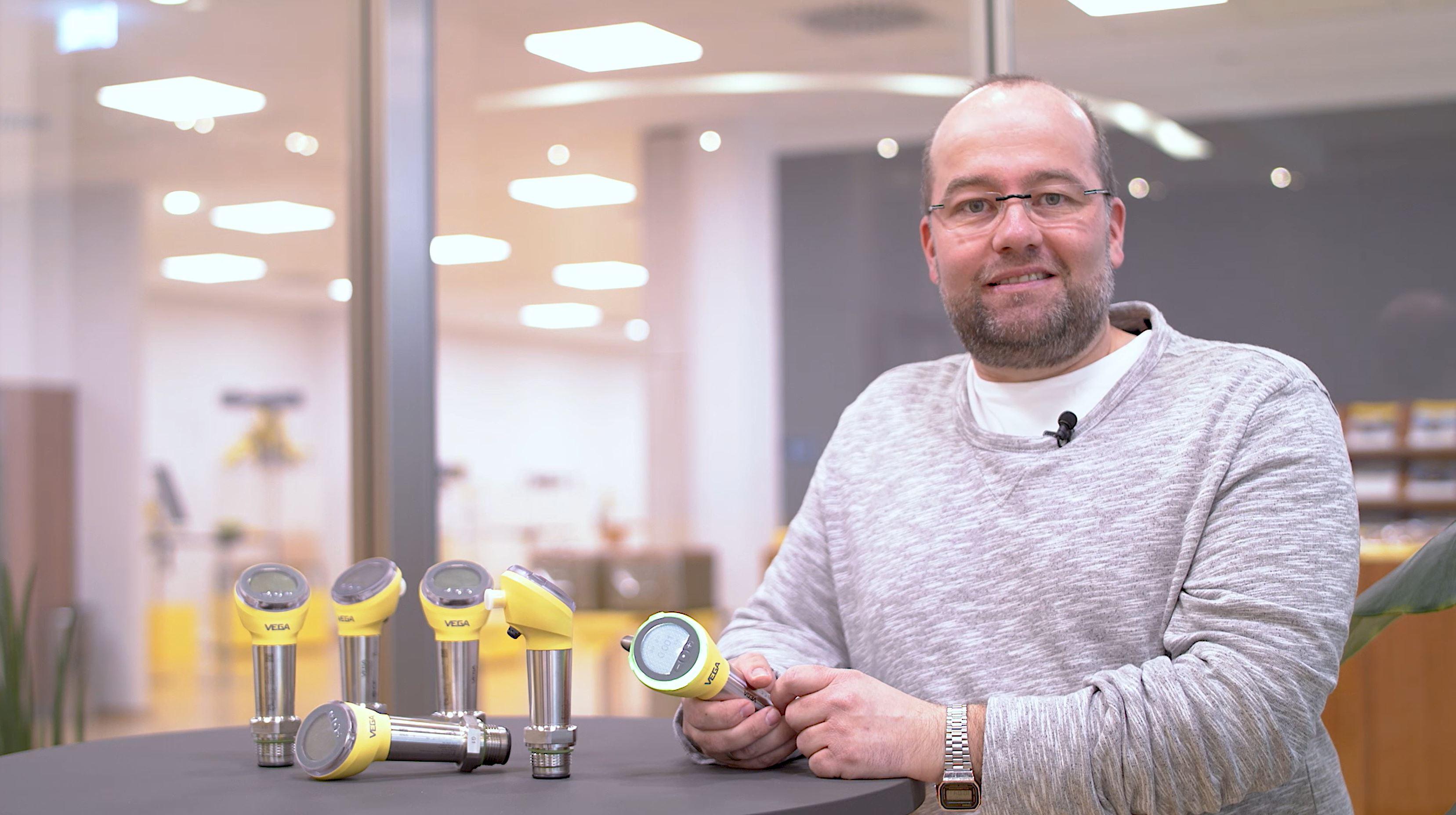 VEGAtalk 带256种彩色灯环的压力和限位仪表使生产状态一目了然
